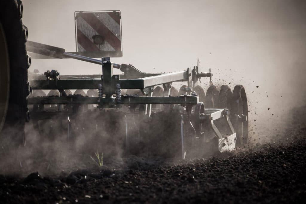 Hofladen Kratzer - Bodenbearbeitung für die Maisaussaat